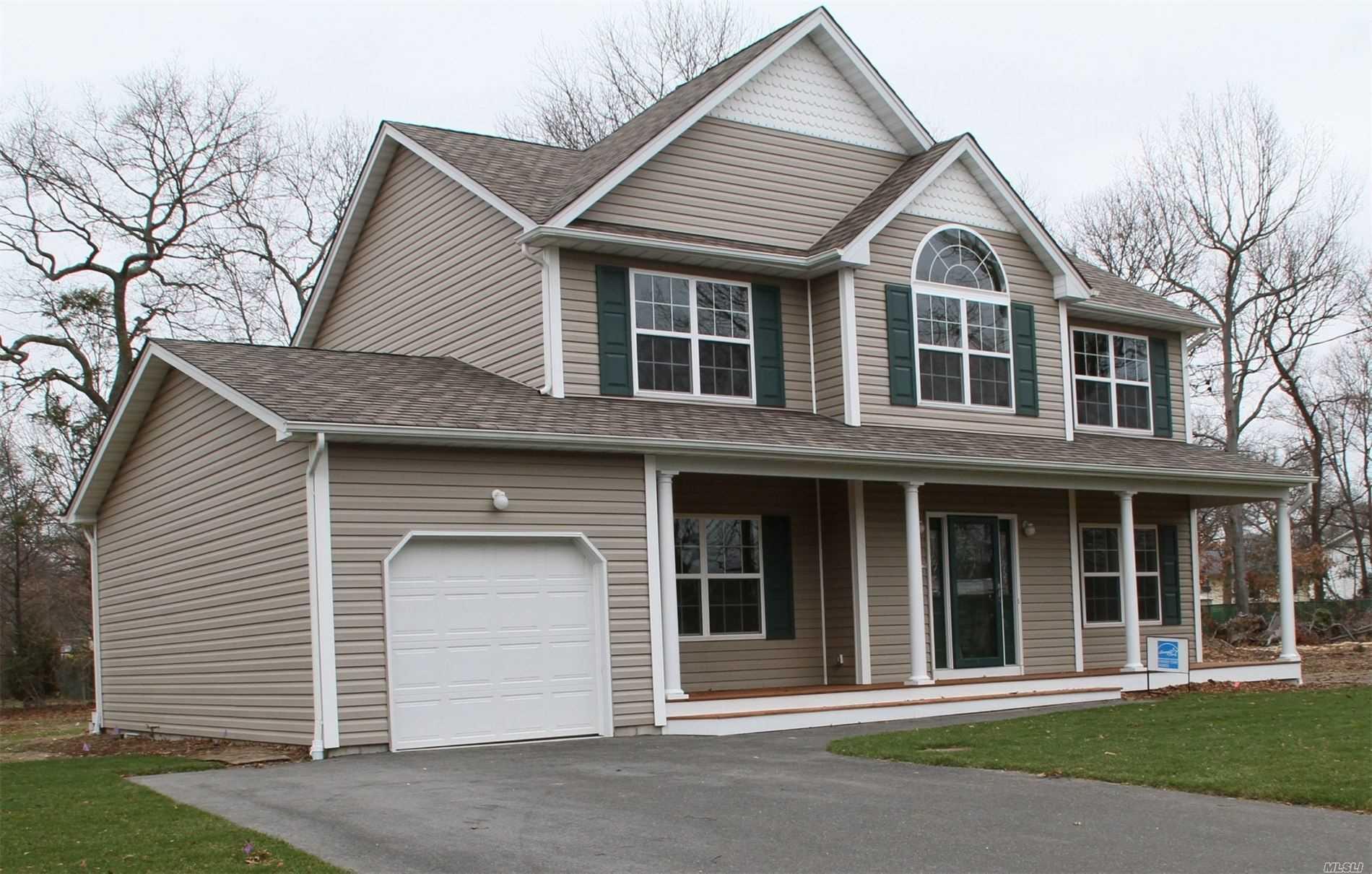 Residencial à venda em 334 Blue Point Rd, Farmingville, NY ,11738  , EUA